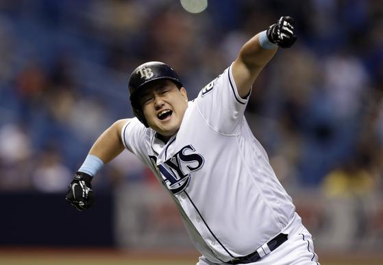 탬파베이 최지만이 11일 클리블랜드전 끝내기 홈런을 터뜨린 뒤 포효하고 있다. 연합뉴스