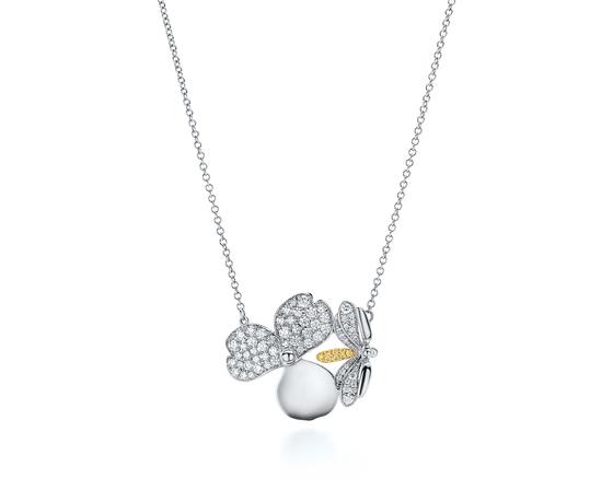 '페이퍼 플라워' 컬렉션 중 옐로 다이아몬드로 장식한 파이어 플라이 펜던트.