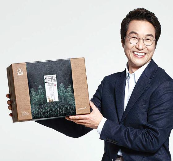 정관장 '천녹'의 광고모델인 배우 한석규가 '천녹톤'을 들어 보이고 있다. [사진 KGC인삼공사]