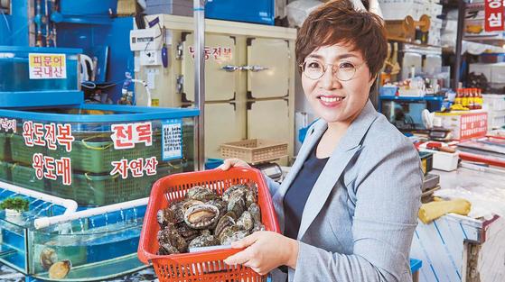 위지연 청산바다 대표가 서울 가락동 농수산물시장 가락몰 수산동 직매장에서 참전복을 들어 보이고 있다. 청산바다는 ASC 인증 전복으로 국내외 판로를 넓히고 있다. 프리랜서 인성욱