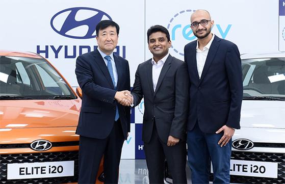 구영기(왼쪽) 현대차 인도 법인장이 인도 카셰어링 업체 '레브' 창업자들과 만난 모습. [사진 현대차]