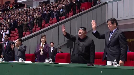 북한 조선중앙TV는 10일 김정은 국무위원장이 부인 리설주와 함께 전날 정권 수립 70주년을 맞아 평양 5·1 경기장에서 열린 집단체조 '빛나는 조국' 개막 공연을 관람했다고 보도했다. [노동신문]
