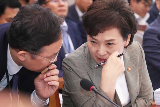 국토교통위 전체회의가 12일 국회에서 열렸다. 더불어민주당 신창현 의원의 개발 자료 누출 사건으로 여야의원의 설전이 벌어졌다. 김현미 국토장관이 관계자와 이야기하고 있다. 오종택 기자