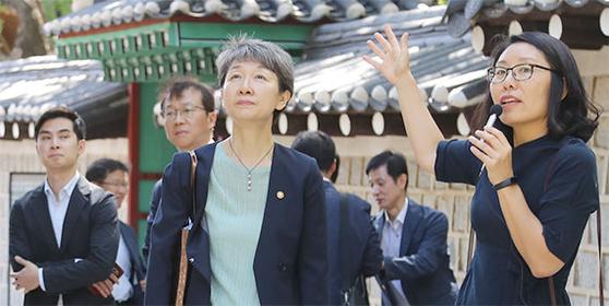정재숙 신임 문화재청장(가운데)이 11일 서울 정동 '고종의 길' 을 기자들과 함께 걸었다. [최승식 기자]