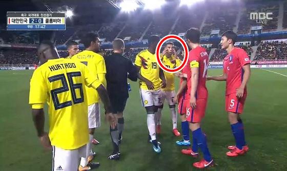 콜롬비아 축구대표팀의 에드윈 카르도나가 지난해 11월10일 수원월드컵경기장에서 열린 한국과 평가전에서 기성용에게 인종차별을 상징하는 눈 찢기 동작을 하고 있다. 2017.11.10 [MBC 캡처]