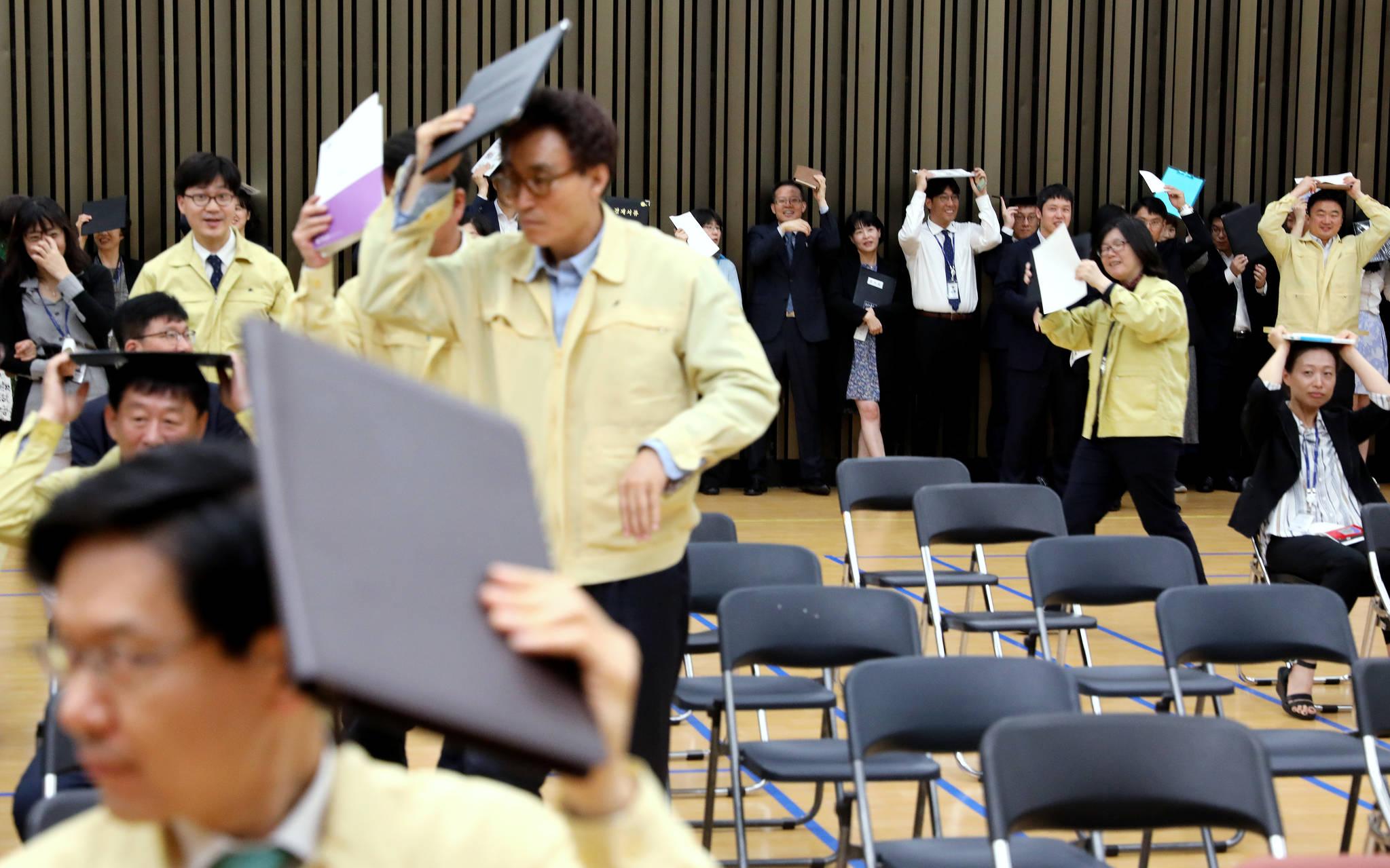 국민참여 지진 대피훈련이 실시된 지난 5월 16일 오후 서울 여의도 국회에서 직원들이 지하 대피소로 대피하고 있다. [뉴스1]