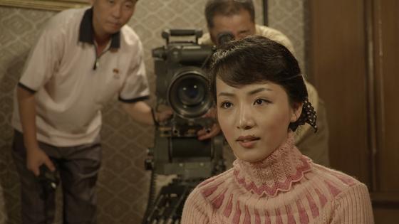 안나 감독이 방문한 북한 영화 촬영 현장 모습. 북한에선 여전히 디지털이 아닌, 필름 카메라를 사용한다. [사진 독포레스트]