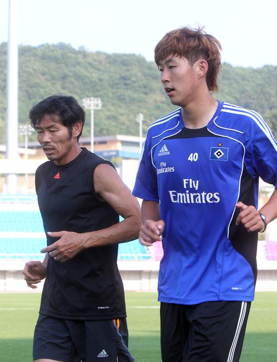 독일 함부르크 서 뛰던 2011년 6월 손흥민(오른쪽)과 함께 훈련 하는 아버지 손웅정씨. [연합뉴스]