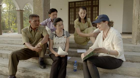 호주의 탄층 가스 채굴 문제에 대해 설명을 듣고 있는 북한 배우들. 아랫줄 가운데가 김정일의 총애를 받은 배우 윤수경.[사진 독포레스트]