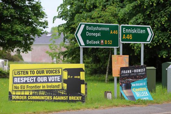 아일랜드와 국경 지대에 있는 북아일랜드 마을에 '우리는 EU 잔류를 찬성했다'는 내용의 표지판이 세워져 있다. [EPA=연합뉴스]