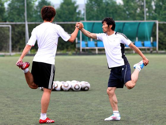 2011년 5월 춘천에서 함께 훈련한 손웅정씨와 손흥민. [중앙포토]