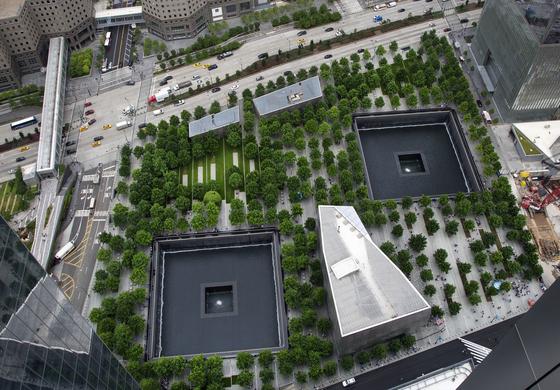 월드트레이드센터 쌍둥이 빌딩이 있던 자리는 추모공원으로 만들어졌다. [AP=연합뉴스]