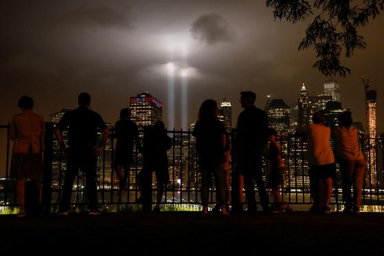 9ㆍ11 테러 17주기를 맞아 월드트레이드센터 쌍둥이 빌딩이 있던 자리에서 두개의 거대한 빛줄기가 하늘을 향하고 있다. [로이터=연합뉴스]