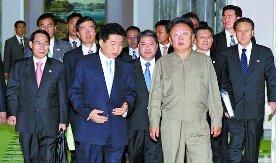 2007년 10월 3일 오전 평양 백화원 영빈관에서 남북 정상회담을 마친 노무현 당시 대통령과 김정일 국방위원장이 걸어 나오고 있다. [중앙포토]