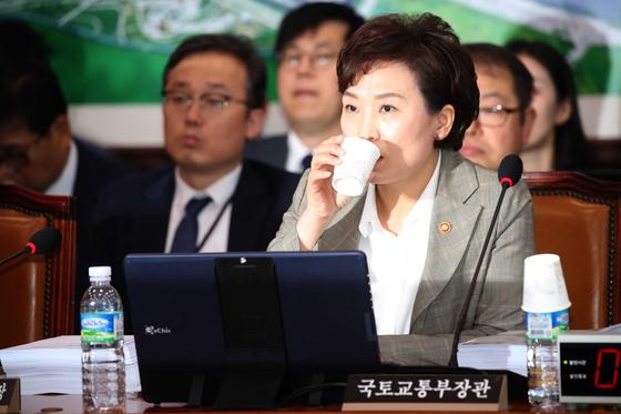 김현미 국토장관이 물을 마시고 있다. 오종택 기자