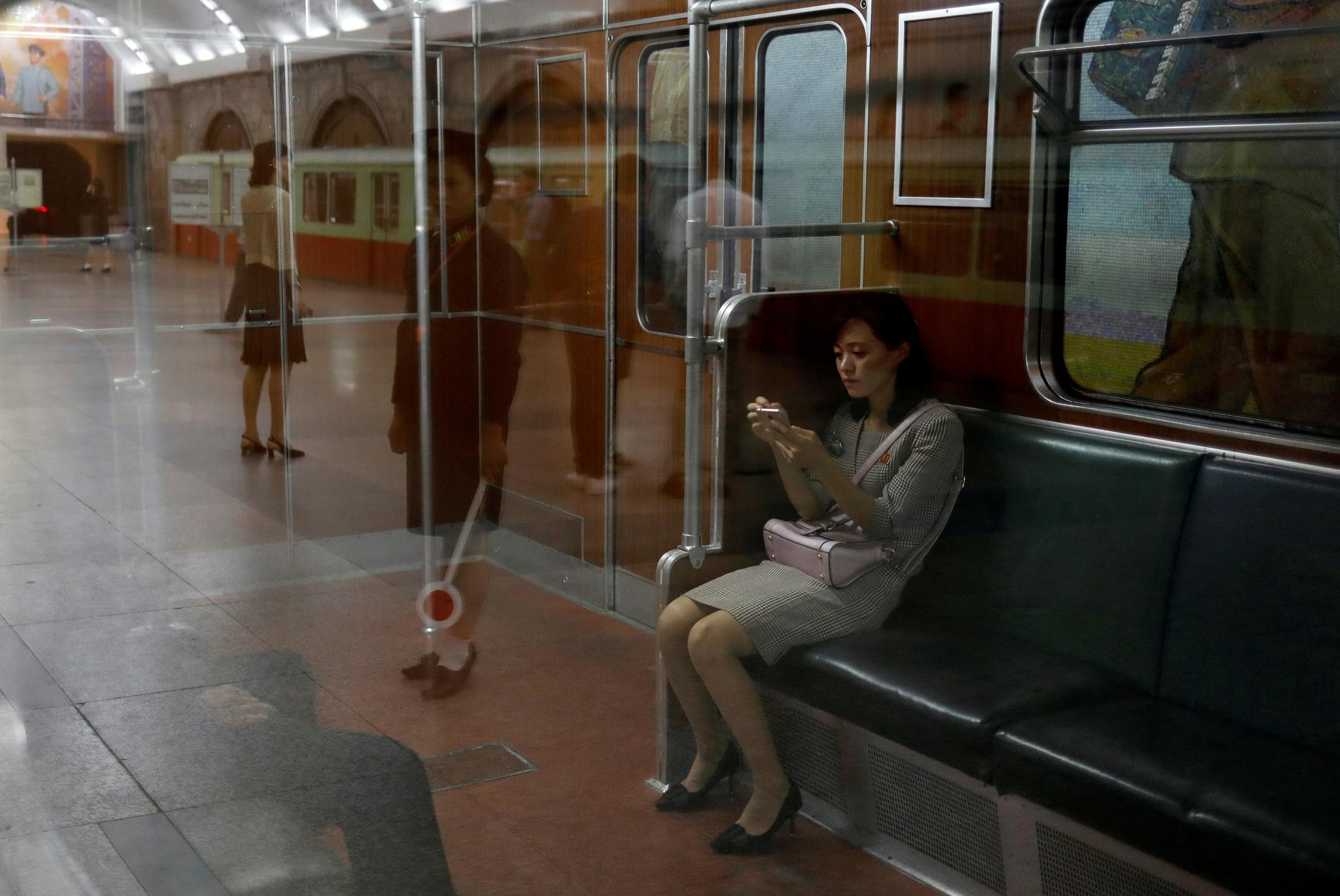 한 북한 여성이 11일 평양역 지하철에 앉아 있다. [로이터=연합뉴스]