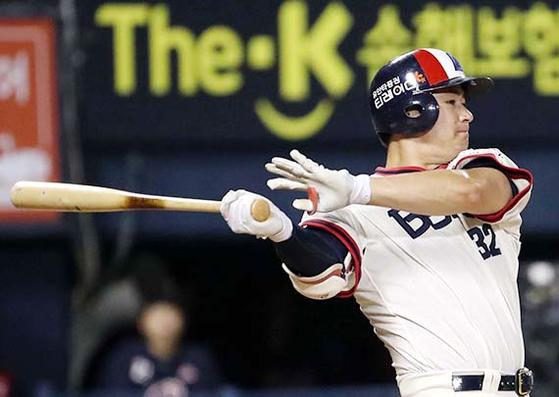 올 시즌 37개의 홈런을 기록 중인 김재환. 가장 큰 잠실구장에서도 16개의 홈런을 날렸다. [뉴시스]