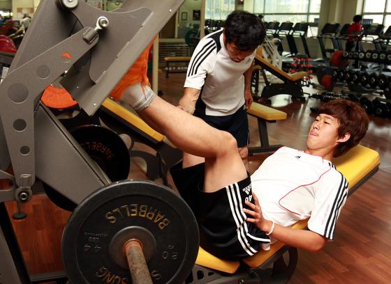 2011년 5월 춘천에서 웨이트훈련을 함께하는 손웅정씨와 손흥민. [중앙포토]
