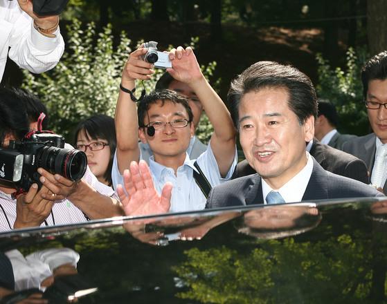 정동영 전 열린우리당 의장(오른쪽)이 2007년 6월 국회 기자실에서 열린우리당 탈당 기자회견을 마친 뒤 문을 나서고 있다. [중앙포토]