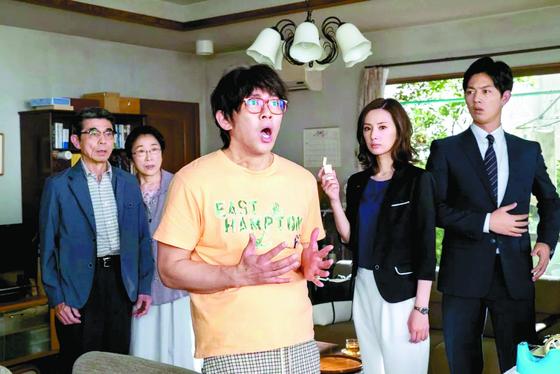 일본 드라마 '집을 파는 여자'의 한 장면. 20년 간 방 안에 틀어박혀 있던 아들을 대면한 부모는 아들의 나이든 모습에 깜짝 놀란다. [사진 채널W 방송화면 캡처]