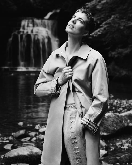 버버리의 2017 가을 아이템 '카 코트'. 사진작가 알라스데어 맥렐란이 촬영한 버버리의 2017년 가을 광고 캠페인. 모델이 입고 있는 옷이 카 코트다.  [사진제공=버버리]