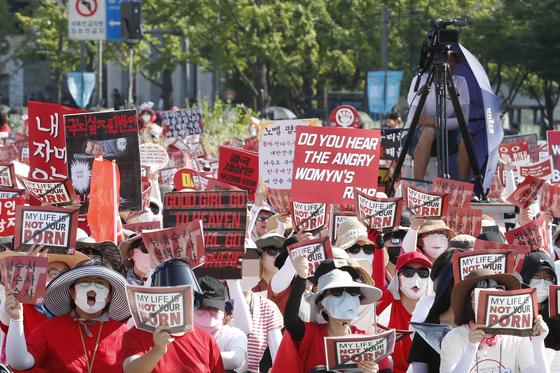 4일 오후 서울 광화문광장에서 열린 '제4차 불법촬영 편파수사 규탄시위'에서 참가자들이 구호를 외치고 있다. 이들은 소위 '몰카'로 불리는 불법촬영 범죄의 피해자가 여성일 때에도 신속한 수사와 처벌을 할 것을 촉구했다. [뉴스1]