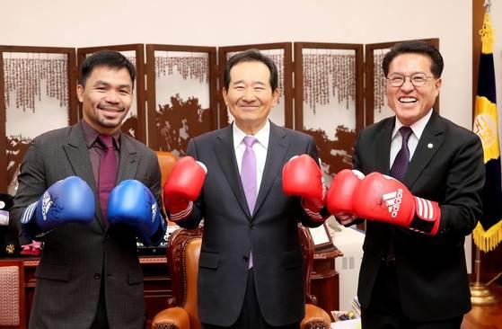지난해 한국을 찾은 매니 파키아오와 정세균 국회의장, 바른정당 정운천 의원. [국회 제공=연합뉴스]
