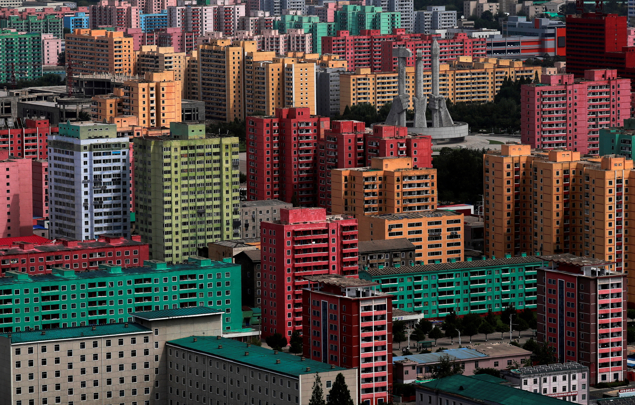 평양 시내의 아파트 단지의 외관이 과거에 비해 화려해졌다. [로이터=연합뉴스]
