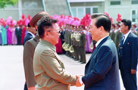 김대중 전 대통령과 김정일 국방위원장이 2000년 6월 13일 평양 순안공항에서 악수를 나누고 있다. [중앙포토]