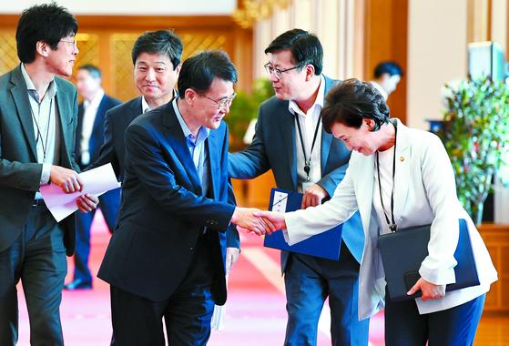 김현미 국토교통부 장관(오른쪽)이 11일 국무회의에 입장하다 장하성 청와대 정책실장과 인사하고 있다. 정부는 부동산 대책 발표를 앞두고 있다. [김상선 기자]