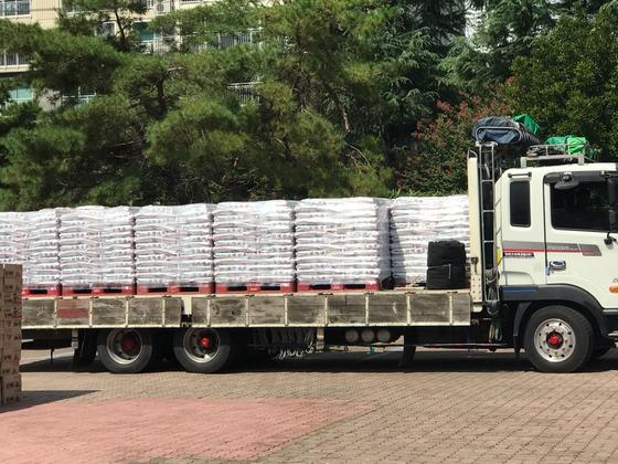 수성구 키다리 아저씨가 12일 기부한 쌀. 5t 트럭에 쌀이 잔뜩 실려 있다. 김윤호 기자