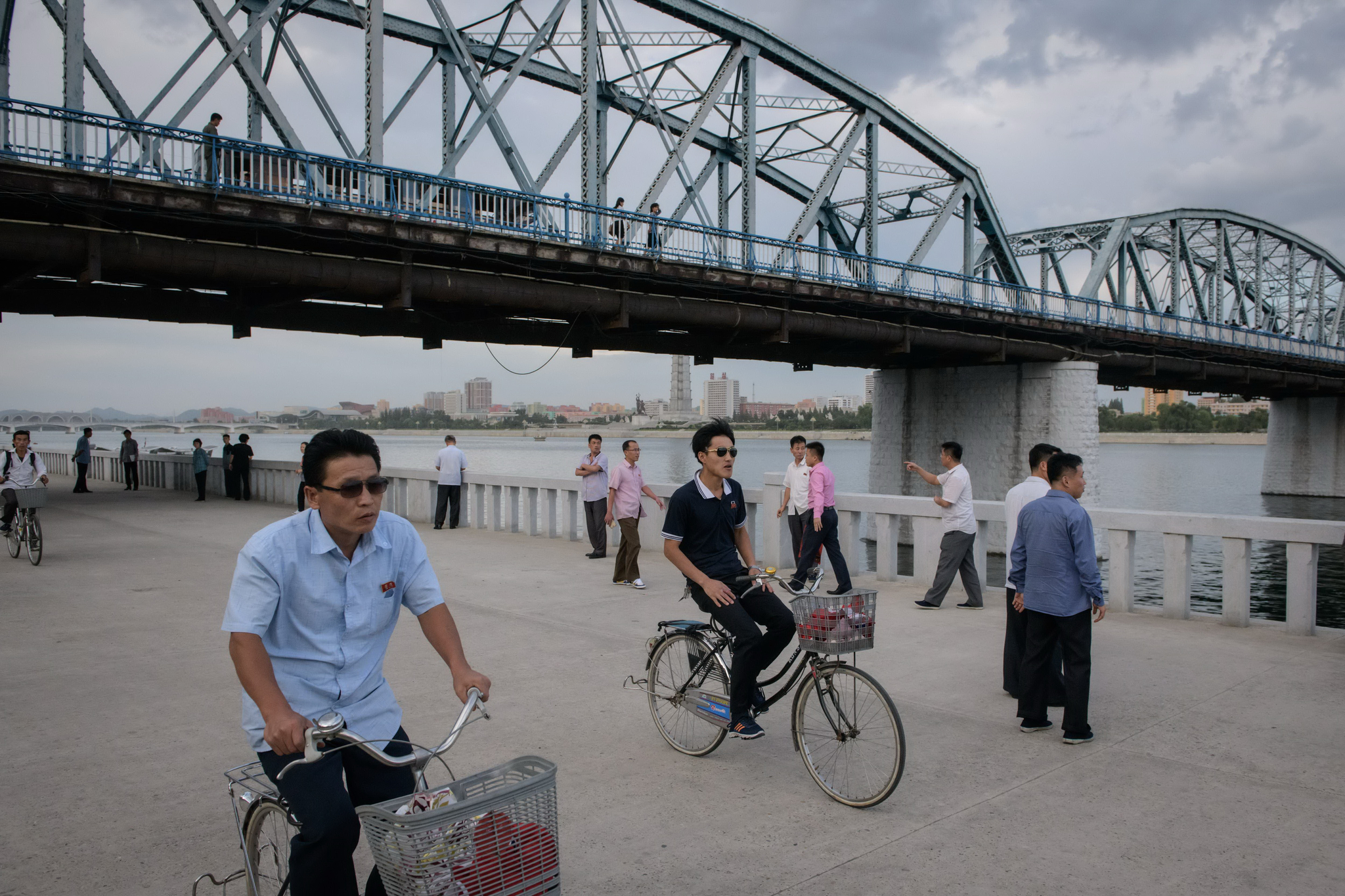 11일 평양 대동강변 북한 시민들 모습. 선글라스를 끼고 자전거를 타고 있는 모습이 보인다. [AFP=연합뉴스]