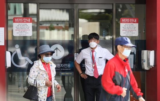 11일 오전 중동호흡기증후군(메르스) 환자가 격리 치료 중인 서울 종로구 서울대병원 응급의료센터 앞으로 마스크를 쓴 시민이 지나고 있다. [연합뉴스]