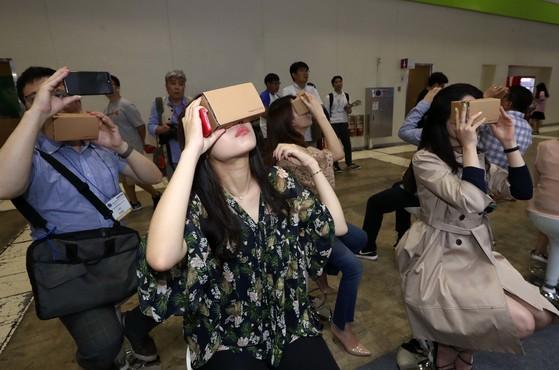 지난해 열린 서울 삼성동 코엑스에서 열린 '2017 이러닝 코리아(e-learning korea)에서 관람객들이 구글 익스피디션관에서 스마트폰과 카드보드 뷰어를 이용해 전 세계 명소를 체험하고 있다. 김상선 기자