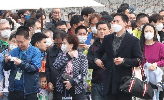 미세먼지 비상저감조치가 이틀째 이어진 지난 3월 27일 오전 관광객들이 마스크를 쓰고 청와대 영빈관 인근을 지나고 있다. [연합뉴스]