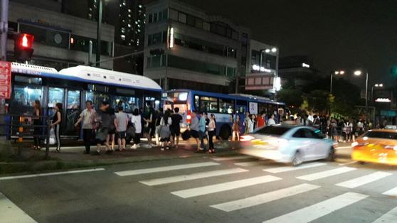 서울 지하철이 끊기는 심야 시간대에는 택시와 올빼미 버스 외에는 별다른 대중교통수단이 없어 야간에 이동하는 시민들의 불편이 작지 않다. [중앙포토]