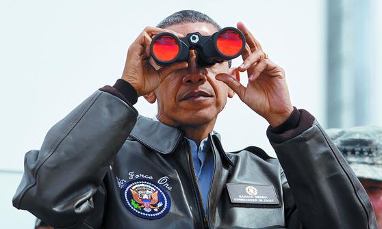 지난 2012년 3월 핵안보정상회의에 참석하기 위해 방한한 버락 오바마 전 미국 대통령이 판문점 공동경비구역(JSA)을 방문해 오울렛 초소에서 망원경으로 북쪽을 바라보고 있다. [중앙포토]