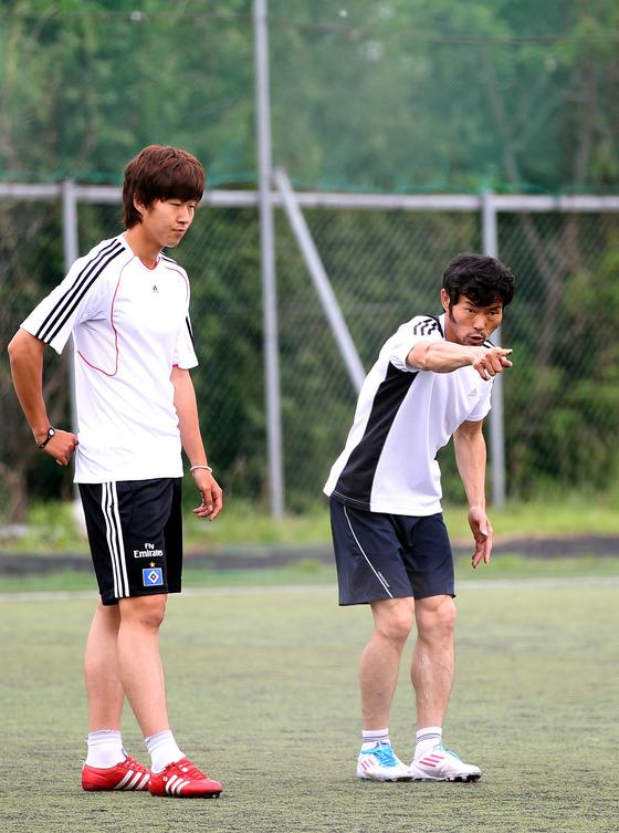 아킬레스건 부상으로 28세에 은퇴한 손웅정씨는 고향 춘천으로 낙향해 무협만화처럼 아들을 가르쳤다. 2011년 5월 춘천에서 훈련하는 손웅정씨(오른쪽)와 손흥민(왼쪽). [중앙포토]