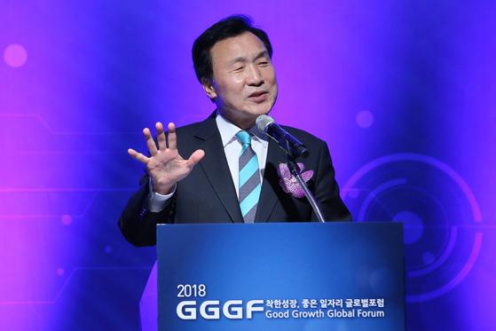 12일 오후 서울 중구 플라자호텔에서 열린 '제10회 착한 성장, 좋은 일자리 글로벌포럼(2018 GGGF)' 개막식에서 손학규 바른미래당 대표가 축사를 하고 있다.