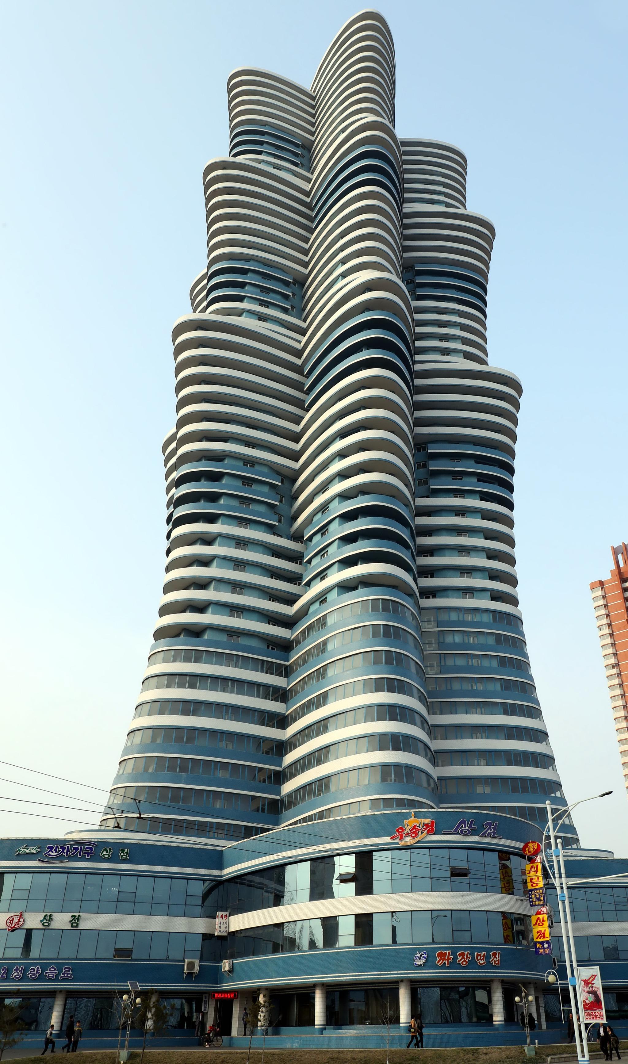 북한 평양 미래과학자거리에 위치한 53층 주상복합 아파트. 사진공동취재단