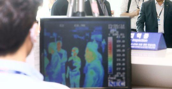 12일 메르스 확진 환자와 쿠웨이트에서 접촉한 업체 직원 등 17명의 우리 국민이 쿠웨이트 보건 당국의 검진 결과 모두 음성 판정을 받았다. 사진은 인천공항 입국장 모습. [연합뉴스]