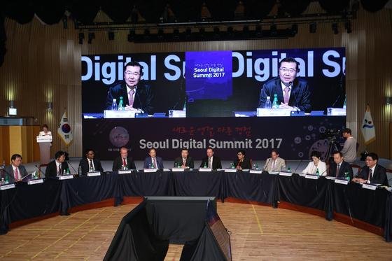 지난해 열린 '서울 디지털 서밋 2017'. 미국 마이크로소프트(MS)가 제안한 '챗봇'은 정책에 반영돼 내년 1월부터 다산콜센터에서 시행된다. [사진 서울시]