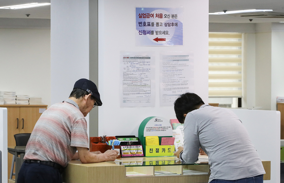 지난 8월 40대 취업자가 1년전보다 15만8000명 줄었다. 서울의 한 고용·복지센터 실업인정신청 창구에 중년 구직자들이 실업급여를 신청하고 있다.[연합뉴스]