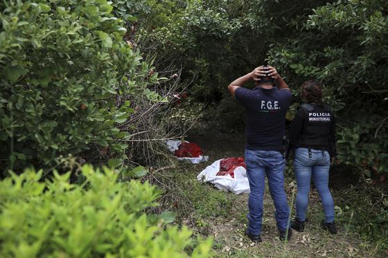 이 사진은 기사와 직접적인 관련이 없습니다. 사진은 지난 7일 수십구의 시신 발견 현장을 찾은 멕시코 경찰.[AP=연합뉴스]