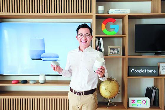 11일 구글 홈을 소개하고 있는 미키 김 구글 아태 하드웨어 총괄 전무. [사진 구글]