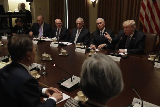 지난해 6월 30일 도널드 트럼프 대통령과 문재인 대통령 간 확대 정상회담. 트럼프 대통령 오른쪽으로 펜스 부통령, 매티스 국방장관, 맥매스터 국가안보보좌관, 게리 콘 국가경제위원장이 앉았다. [AP=연합뉴스]