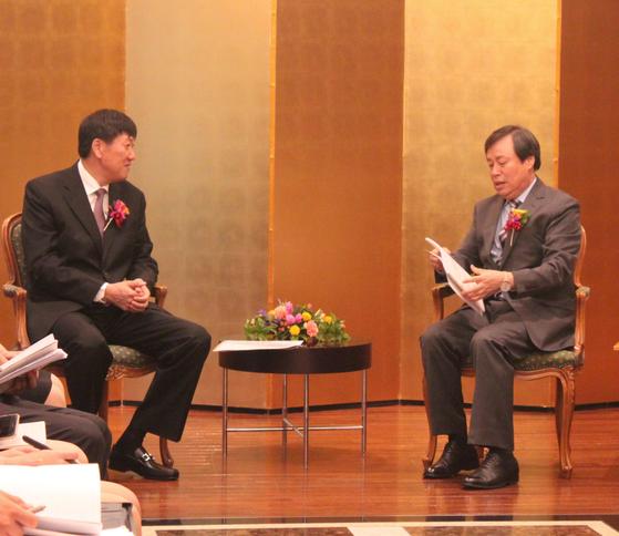 도종환 문화체육관광부 장관(오른쪽)이 12일 오후 일본 도쿄(東京) 시내 뉴오타니호텔에서 가오 즈단 중국 체육총국 부국장(차관급)과 양자 회담을 하고 있다.