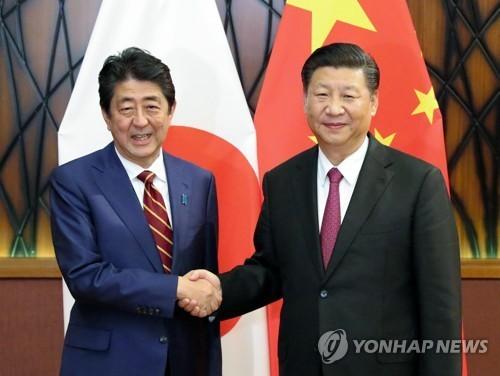 지난해 11월 베트남에서 만났던 시진핑(習近平) 주석과 아베 신조(安倍晋三·왼쪽) 총리. [연합뉴스]