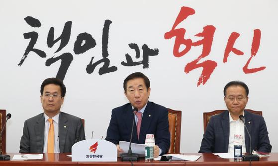 김성태 자유한국당 원내대표(가운데)가 12일 오전 서울 여의도 국회에서 열린 원내대책회의에서 모두발언을 하고 있다. [뉴스1]