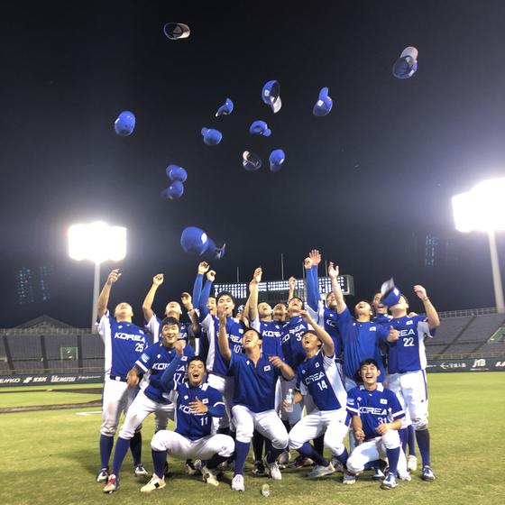 우승을 차지한 청소년선수권 대표팀이 모자를 던지며 기뻐하고 있다. [연합뉴스]